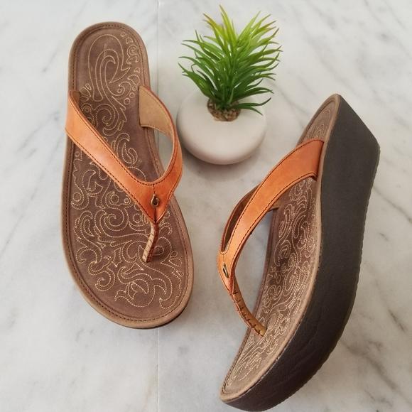 940072108 OluKai Paniolo Wedge Sandal Flip Flop Brown Thong.  M 5c69ec056197456b0511eb6d